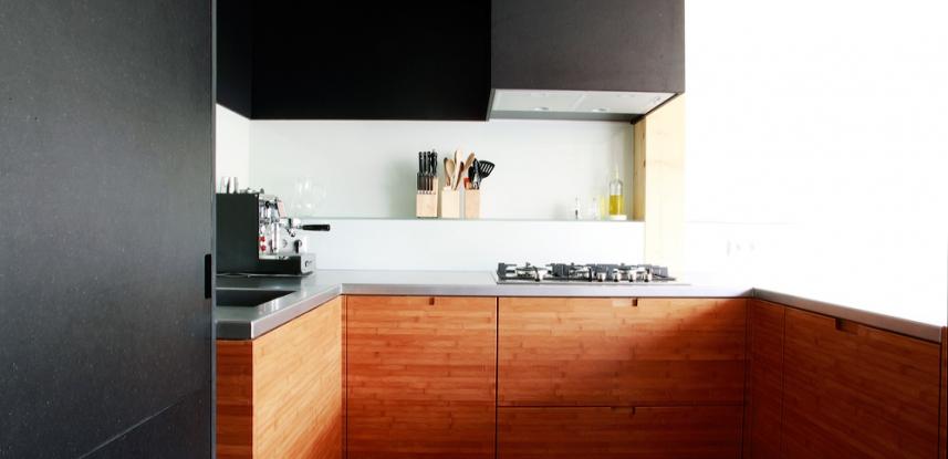 Bamboe houten keuken met RVS aanrechtblad